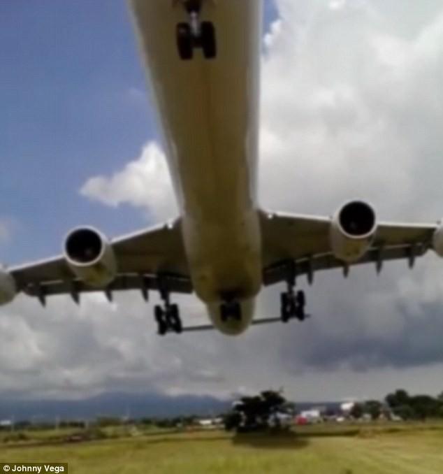Máy bay hạ cánh 'dựng tóc gáy', sượt sát thân ô tô - ảnh 1