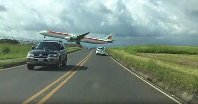 Máy bay hạ cánh 'dựng tóc gáy', sượt sát thân ô tô - ảnh 2