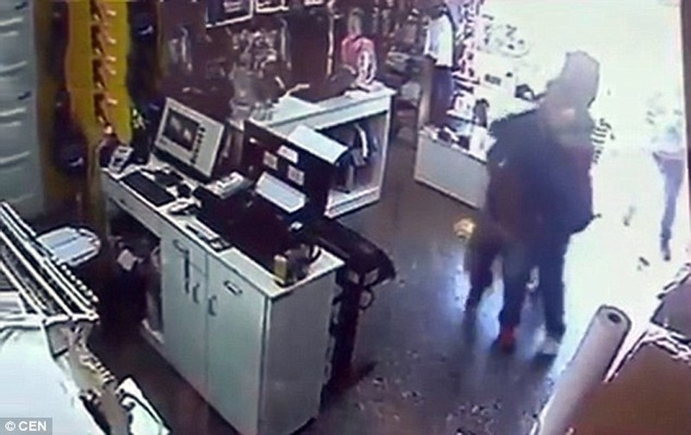 Băng cướp 'dùng' em bé chín tháng, cướp sạch cửa hàng thời trang - ảnh 2