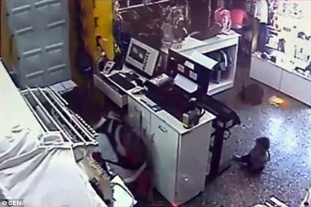 Băng cướp 'dùng' em bé chín tháng, cướp sạch cửa hàng thời trang - ảnh 5