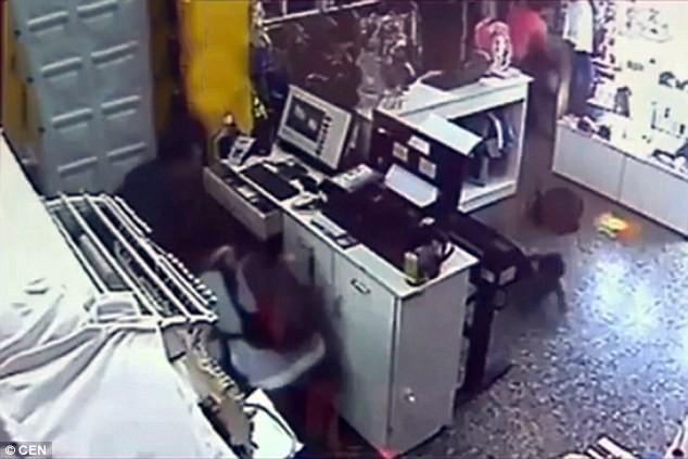Băng cướp 'dùng' em bé chín tháng, cướp sạch cửa hàng thời trang - ảnh 3