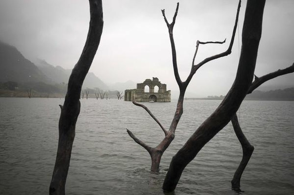 Nhà thờ gần 500 năm tuổi 'mọc lên' giữa lòng hồ - ảnh 1