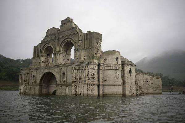 Nhà thờ gần 500 năm tuổi 'mọc lên' giữa lòng hồ - ảnh 3