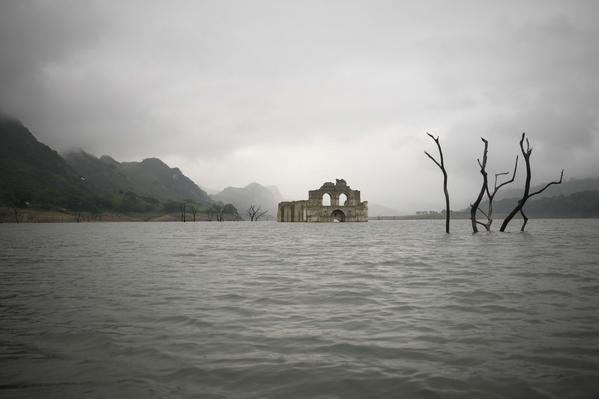 Nhà thờ gần 500 năm tuổi 'mọc lên' giữa lòng hồ - ảnh 4