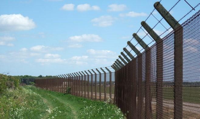 Latvia xây dựng 90 km hàng rào biên giới với Nga - ảnh 1