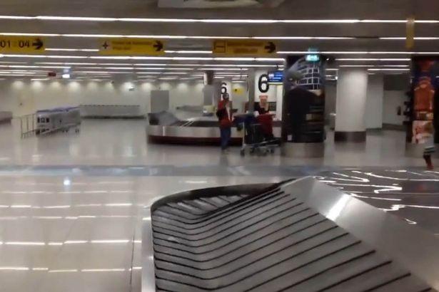 Sân bay chiếu phim khiêu dâm trên màn hình lớn  - ảnh 2