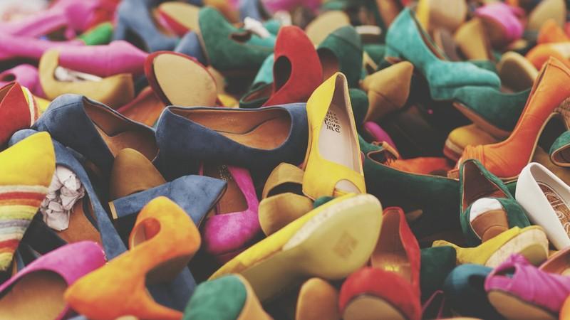 Cấm học sinh mang giày cao gót vì sợ động đất - ảnh 1