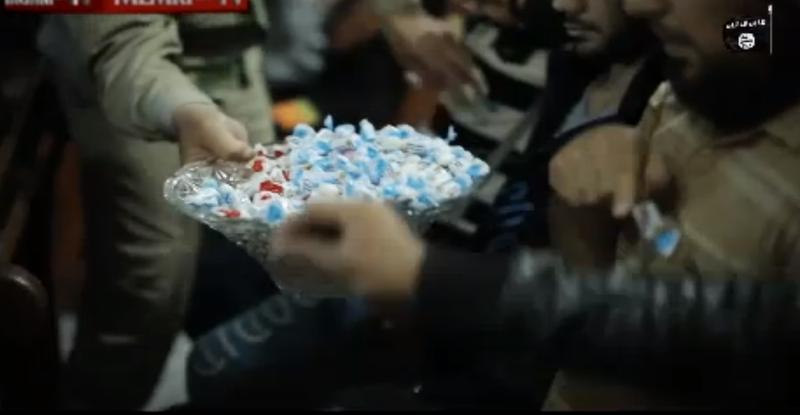 IS tổ chức phát kẹo 'ăn mừng' máy bay Nga rơi - ảnh 1