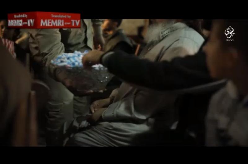 IS tổ chức phát kẹo 'ăn mừng' máy bay Nga rơi - ảnh 3