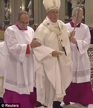 Liên tiếp vấp bậc thang, Giáo hoàng Francis nghi sức khỏe suy giảm - ảnh 2