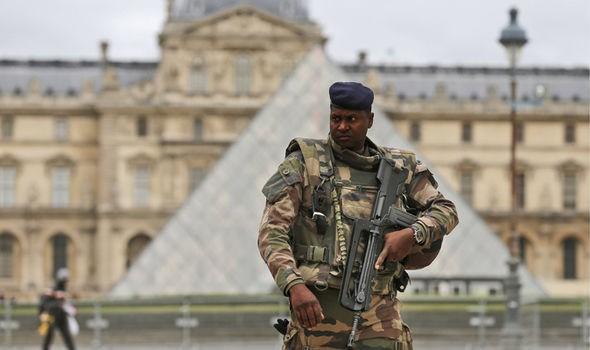 Cảnh sát Pháp nổ súng tại bảo tàng Louvre - ảnh 1