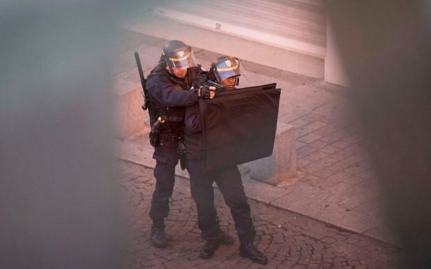Đấu súng ở Paris: Năm nghi phạm bị bắt giữ - ảnh 1