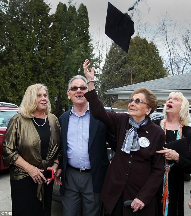 Cụ bà nhận bằng tốt nghiệp 74 năm sau khi bị đuổi học - ảnh 4