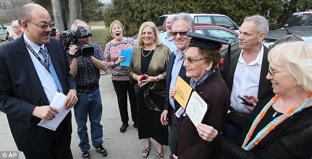 Cụ bà nhận bằng tốt nghiệp 74 năm sau khi bị đuổi học - ảnh 2