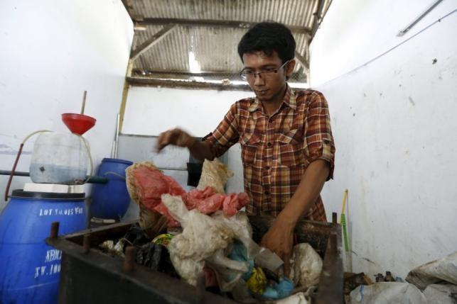 Indonesia làm giàu bằng nhiên liệu tái chế từ 'biển rác' - ảnh 1