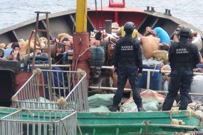 Đài Loan bắt giữ 41 thuyền viên tàu cá Trung Quốc 'trộm' san hô - ảnh 1