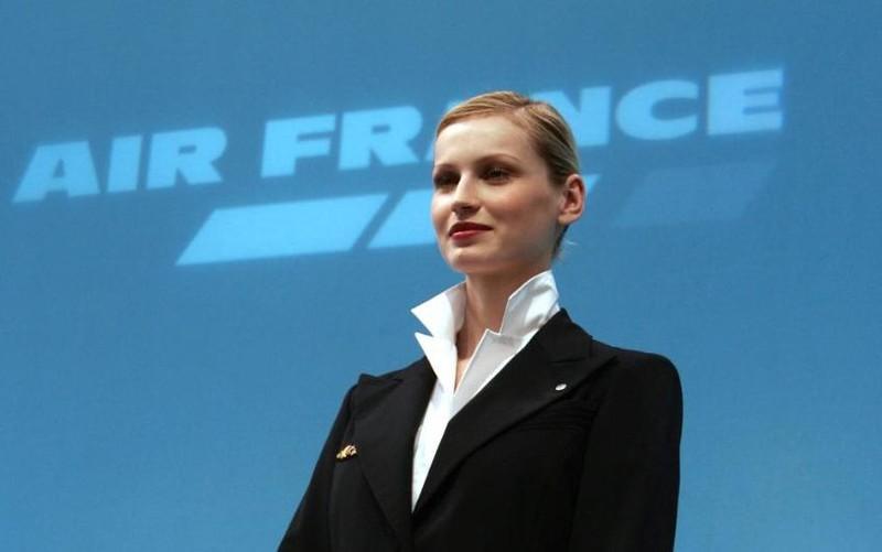 Hãng máy bay Pháp buộc nữ tiếp viên mang khăn trùm Hồi giáo - ảnh 1