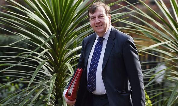 Bộ trưởng Anh thừa nhận có quan hệ với 'gái bán hoa' - ảnh 1