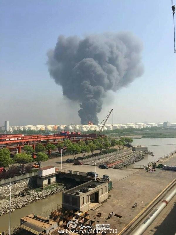 Nổ lớn, cháy dữ dội tại nhà kho hóa chất Trung Quốc - ảnh 1