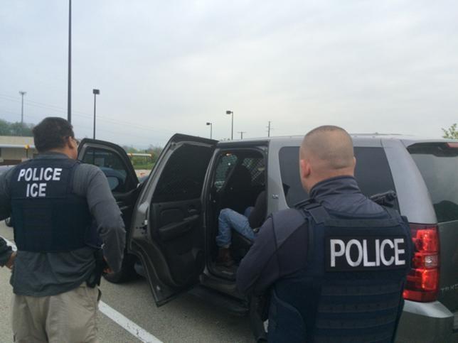 Mỹ mở chiến dịch rầm rộ, trục xuất người nhập cư trái phép - ảnh 1