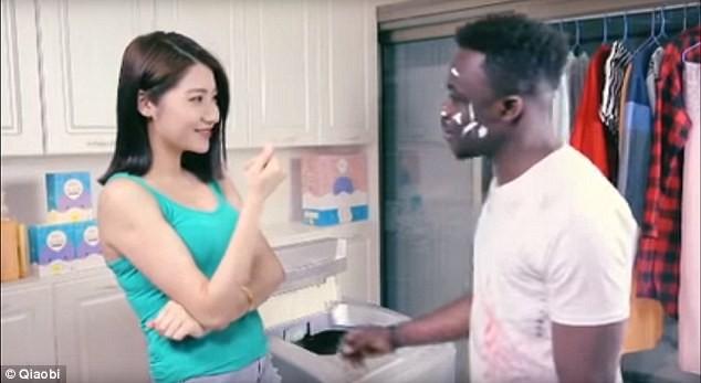 Hãng bột giặt Trung Quốc xin lỗi vì quảng cáo 'phân biệt chủng tộc' - ảnh 1
