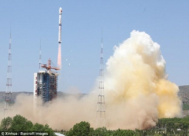 Dân Trung Quốc phẫn nộ vì mảnh vỡ tên lửa rơi trúng nhà - ảnh 3