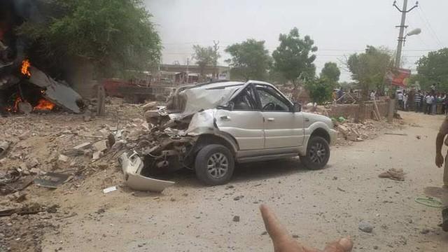 Chiến đấu cơ MiG-27 đâm xuống khu dân cư, bốc cháy - ảnh 2