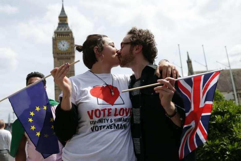Người châu Âu tổ chức 'hôn tập thể' vì nước Anh - ảnh 1