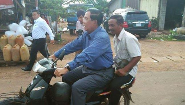 Ông Hun Sen không đội mũ bảo hiểm