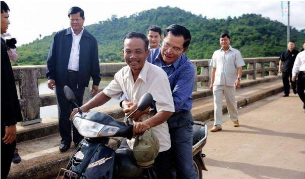 Thủ tướng Campuchia không đội mũ bảo hiểm