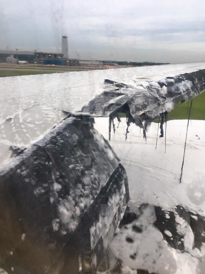 Máy bay cháy cánh tại Singapore