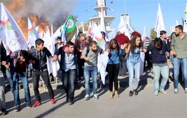 Vụ nổ làm đám đông hoảng sợ ngay trước cuộc biểu tình hòa bình ở Ankara ngày 10-10 năm ngoái