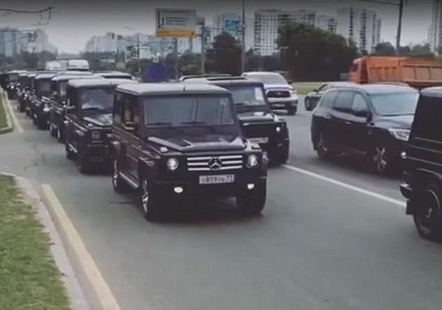 Dàn xe Mercedes Gelandewagens diễu hành trên các đường phố ở Moscow.