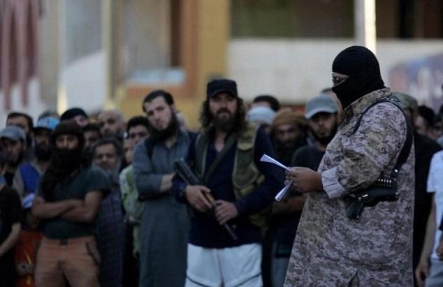 """IS chặt đầu 6 chiến binh """"làm phản"""", bán thông tin cho liên quân do Mỹ dẫn đầu."""
