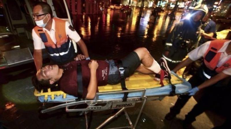 Đưa người bị thương đi bệnh viện.