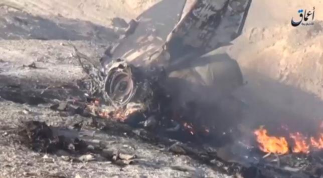 Trang tin Amaq công bố những hình ảnh của chiếc chiến đấu cơ Syria bị bắn rơi. Ảnh: Reuters