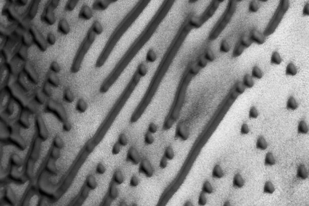 . Các dấu hiệu được cho là một thông điệp ghi bằng mã Morse được ghi lại trong một bức ảnh chụp bề mặt sao Hỏa.