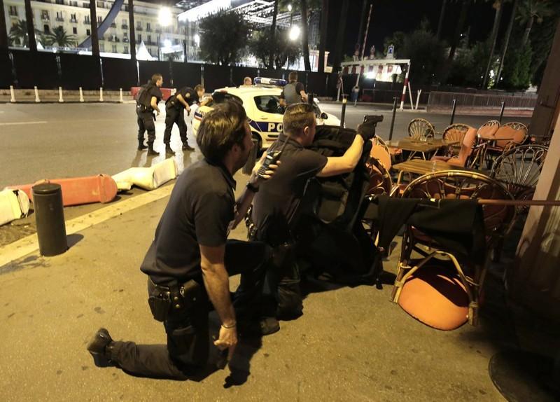 IS là nghi phạm hàng đầu, Pháp tuyên bố 'đang chiến tranh' - ảnh 2