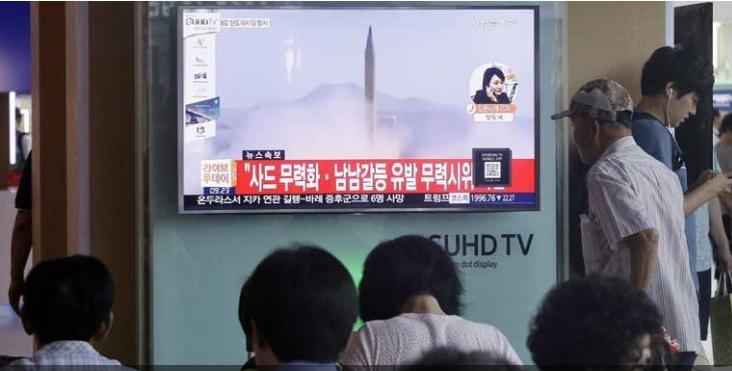 Người dân Hàn Quốc xem tin tức Triều Tiên phóng tên lửa tại ga tàu lửa ở Seoul. Ảnh: Yonhap