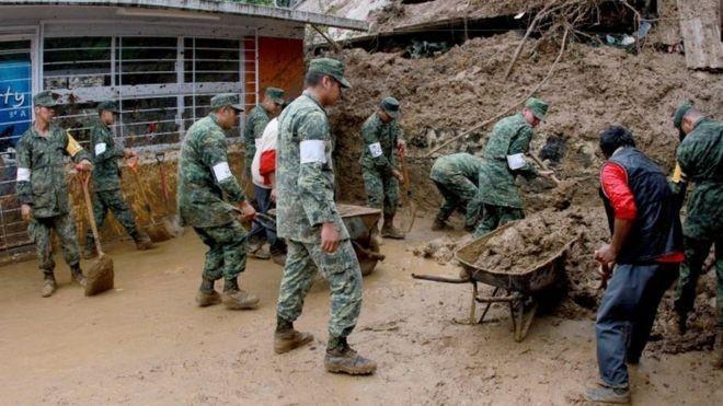 Quân lính Mexico hỗ trợ đào bới những căn nhà bị nhấn chìm bởi bùn và đá. Ảnh: BBC