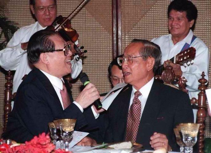 """Ông Ramos từng nổi tiếng với chuyến """"ngoại giao karaoke"""" giúp phá băng quan hệ Philippines - Trung Quốc thập niên 1990."""