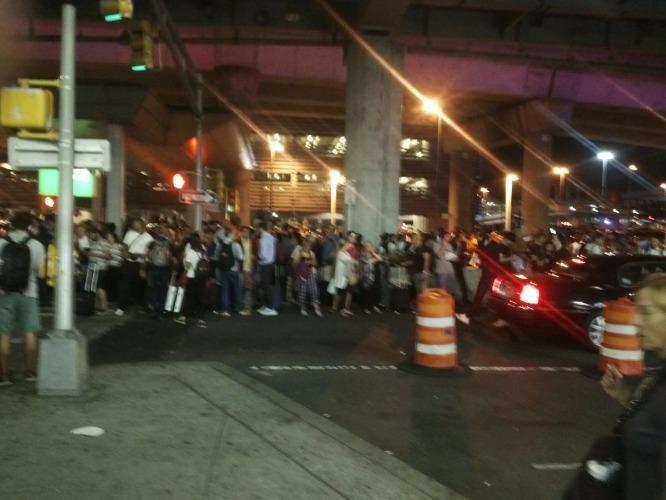 Hình ảnh các hành khách được sơ tán bên ngoài sân bay. Ảnh: Twitter