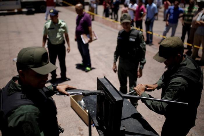 Các khẩu súng trường trái phép bị quân đội chặt đôi. Ảnh: Reuters