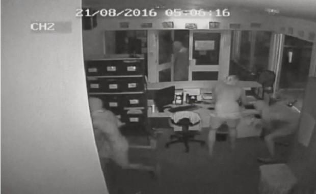 Hình ảnh chụp lại từ CCTV cho thấy bốn tên trộm đột nhập vào văn phòng trường Taminmin. (Ảnh chụp từ video)