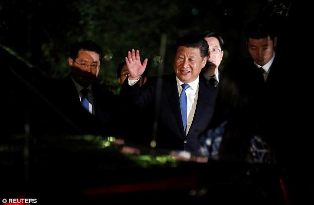 Sợ gián điệp Trung Quốc, nữ thủ tướng Anh phải trùm mền thay đồ - ảnh 1
