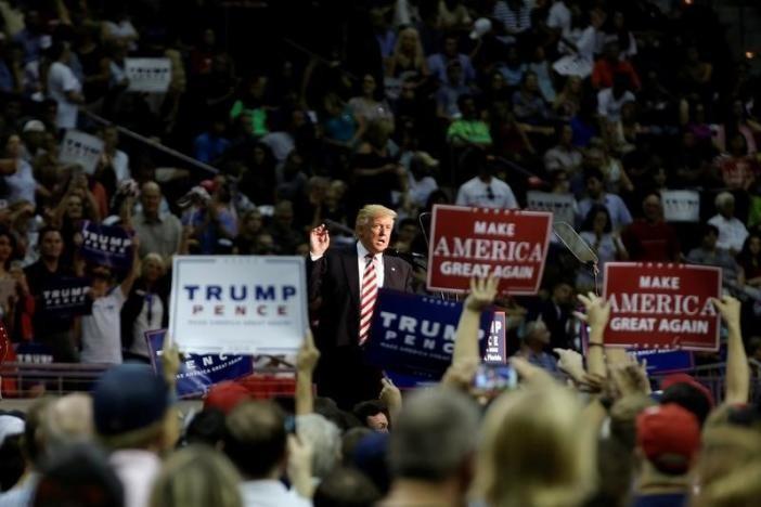Ông Donald Trump áp sát bà Clinton về số người ủng hộ