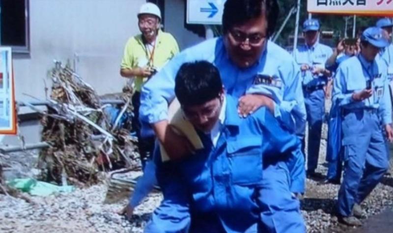 Được cõng qua vũng nước, Thứ trưởng Nhật Bản phải xin lỗi dân  - ảnh 1