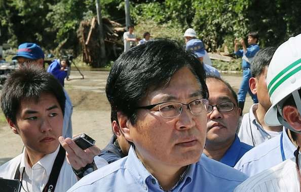 Được cõng qua vũng nước, Thứ trưởng Nhật Bản phải xin lỗi dân  - ảnh 2