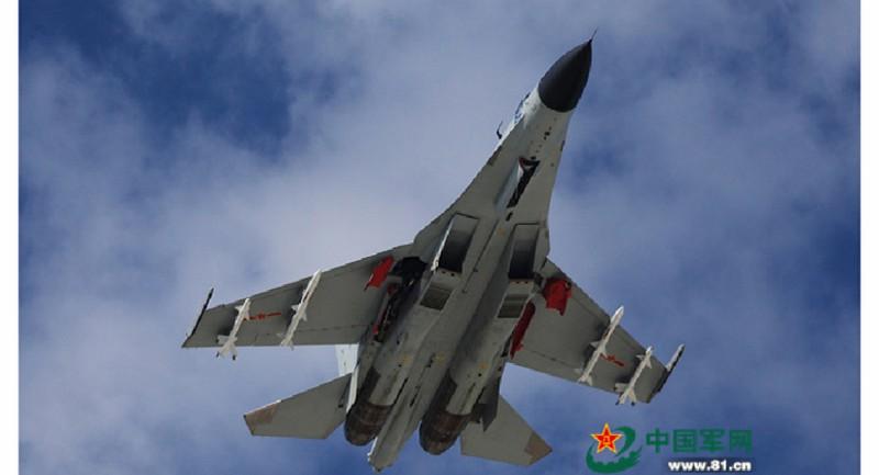 Máy bay tiêm kích J-11 bay trên biển Đông ngày 30-10-2015.