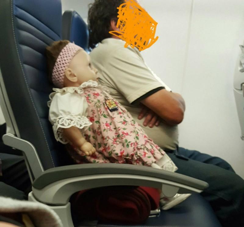 Người đàn ông quái gỡ, mua ghế máy bay cho búp bêNgười đàn ông quái gỡ, mua ghế máy bay cho búp bê